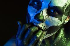 Härlig kuslig flicka med skelett- makeup fotografering för bildbyråer