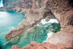 Härlig kust med blått vatten Arkivbilder