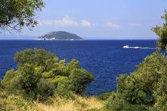 Härlig kust och Kelyfos ö Arkivbild