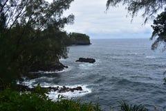 Härlig kust- shoreline i Hawaii med vågor som kraschar långsamt på kusten royaltyfria bilder