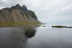 Härlig kust Stokksnes med sikt till Atlantic Ocean och berg, östliga Island Royaltyfri Bild