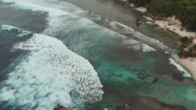 Härlig kustlinje av ön av Nusa Cheningan Indonesien flyg- sikt arkivfilmer