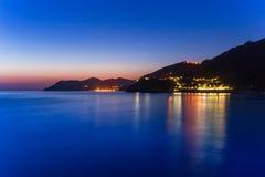 Härlig kustlinje av det Ligurian havet på skymning Royaltyfria Bilder