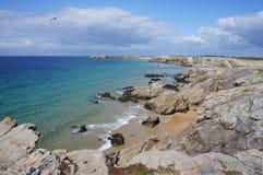 Härlig kustlinje av skjulet Sauvage Quiberon Brittany France royaltyfria foton