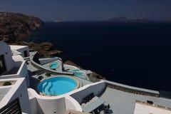 Härlig kustlinje och hotellet på Santorini Arkivfoto