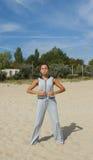 Härlig kvinnaövning i yoga royaltyfria foton