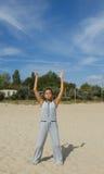 Härlig kvinnaövning i yoga arkivbild