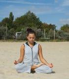 Härlig kvinnaövning i yoga Fotografering för Bildbyråer