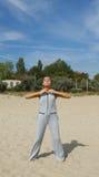Härlig kvinnaövning i yoga arkivfoto