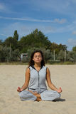 Härlig kvinnaövning i yoga arkivbilder