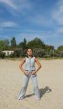 Härlig kvinnaövning i yoga Arkivfoton
