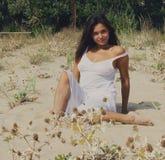Härlig kvinnaövning på stranden fotografering för bildbyråer