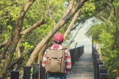 Härlig kvinna av en student som arbetar på bron som ser mang arkivbild