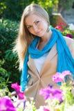 Härlig kvinna bland blommorna Royaltyfria Bilder