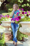 Härlig kvinna bland blommorna Royaltyfri Bild