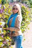 Härlig kvinna bland blommorna Royaltyfri Foto