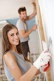 Härlig kvinna DIY hemma Arkivbilder