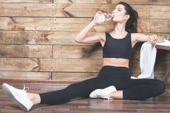 Härlig kvinna efter konditionövning som dricker naturligt vatten fotografering för bildbyråer
