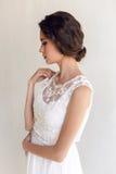 Härlig kvinna för brud i bröllopsklänningen - stil Arkivfoto