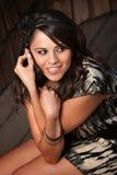 härlig kvinna för celllatina telefon Arkivfoto