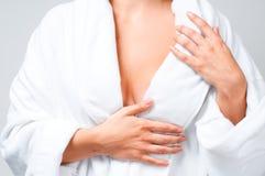 Härlig kvinna för Closeup efter bad i den vita badrocken arkivfoton