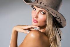 härlig kvinna för cowboyhatt s Fotografering för Bildbyråer