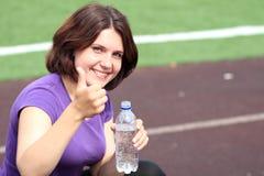härlig kvinna för flaskkonditionvatten Royaltyfria Foton