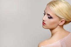 härlig kvinna för glamourmodellstående Arkivbild