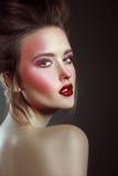 Härlig kvinna för glamourstil med ljust makeup och mode Hai royaltyfri bild