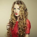 härlig kvinna för hårståendered Fotografering för Bildbyråer