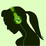 härlig kvinna för hörlurar med mikrofon för jordjordklotgreen Arkivfoto