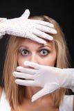härlig kvinna för handskeståendewhite Royaltyfri Bild