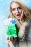 härlig kvinna för holdingpengarvinnare Royaltyfri Foto
