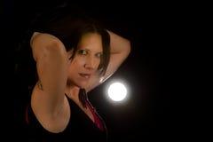 Härlig kvinna för låg lampa Royaltyfri Foto