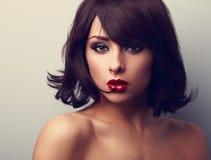 Härlig kvinna för ljus makeup med kort lookin för stil för svart hår Arkivfoto