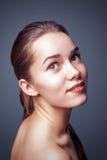 Härlig kvinna för modeglamour med härlig framsidahud för ren makeup fotografering för bildbyråer