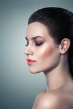 Härlig kvinna för modemakeup med lyxig makeup. Härlig framsida royaltyfri foto