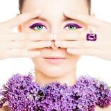 härlig kvinna för modemodell Ljus makeup och blommor royaltyfria foton