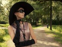 härlig kvinna för parksommartappning Arkivfoto