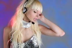 härlig kvinna för sequins för dansaremodehörlurar med mikrofon Royaltyfri Fotografi