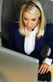 Härlig kvinna för service för kontor för hjälpskrivbord Arkivbild