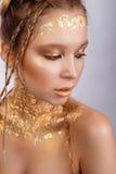 härlig kvinna för skönhetmorgonstående guld- stående Royaltyfri Fotografi