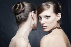 härlig kvinna för smycken två Royaltyfria Bilder
