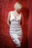 Härlig kvinna för stående i klänning på grungeväggen Arkivfoton