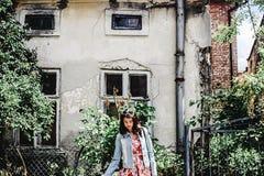 Härlig kvinna för stilfull brunett som ler i blom- klänning på royaltyfri foto
