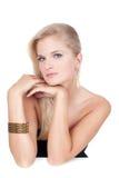 härlig kvinna för text för smyckenståendeavstånd Royaltyfri Bild