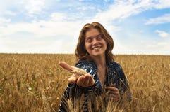 härlig kvinna för wheatfield iii Fotografering för Bildbyråer
