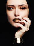 Härlig kvinna, guld- smycken framsida som en maskering Royaltyfria Bilder