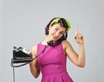 Härlig kvinna i övre stil för stift med tappningtelefonen Royaltyfri Fotografi