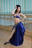 Härlig kvinna i arabiskt posera för dräkt, orientaliskt eller magdans arkivbild